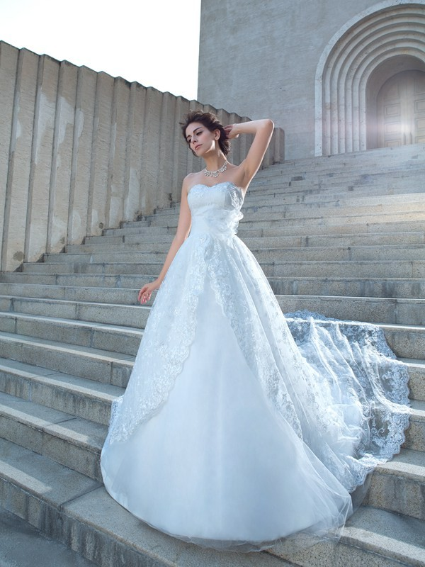Attractive Ball Gown Sweetheart Lace Sleeveless Lace Chapel Train Wedding Dresses