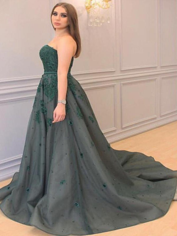 Court Train A-Line/Princess Sweetheart Sleeveless Tulle Plus Size Dresses With Applique